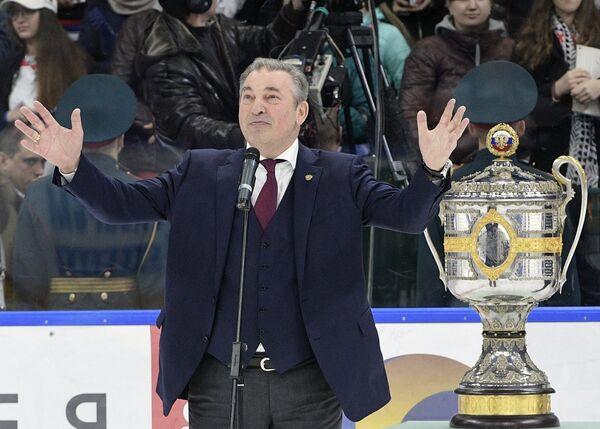 Президент Федерации хоккея России Владислав Третьяк перед вручением Кубка Гагарина хоккеистам СКА