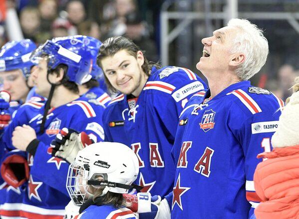 Президент ХК СКА Геннадий Тимченко (справа) и хоккеисты СКА