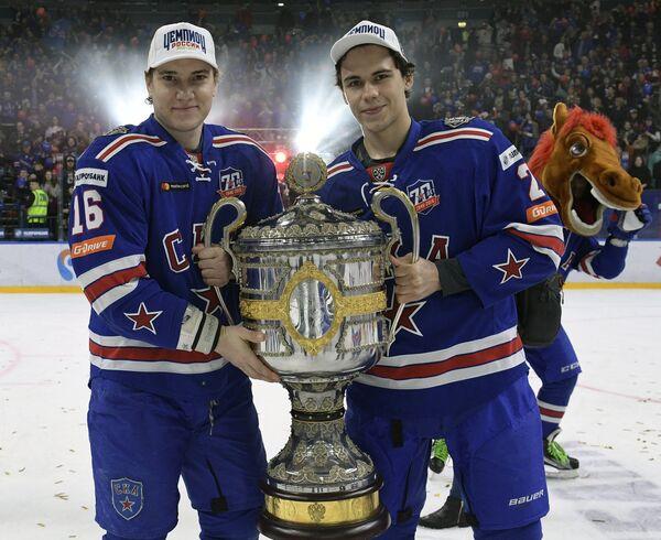 Хоккеисты СКА Сергей Плотников (слева) и Артём Зуб с Кубком Гагарина