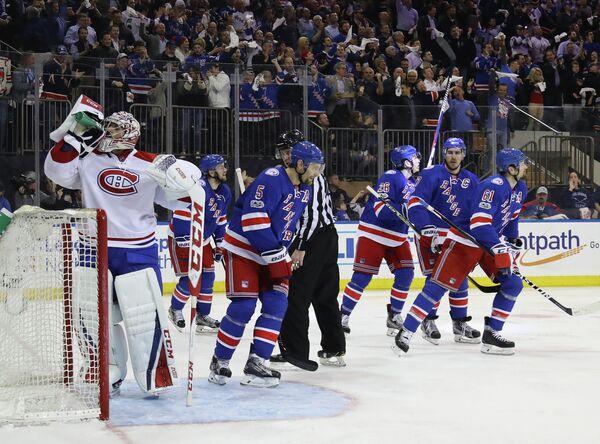Хоккеисты Нью-Йорк Рейнджерс радуются заброшенной шайбе в ворота голкипера Монреаля Кори Прайса (слева)