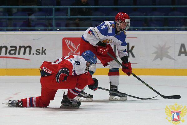 Форвард юниорской сборной России по хоккею Андрей Свечников (справа) и форвард юниорской сборной Чехии Мартин Каут