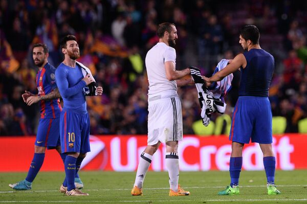 Нападающий Барселоны Луис Суарес и защитник туринского Ювентуса Джорджо Кьеллини (справа налево)
