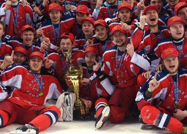Хоккеисты Красной Армии с Кубком Харламова