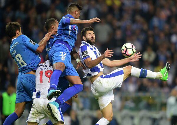 Игровой момент матча чемпионата Португалии по футболу между Порту и Фейренши