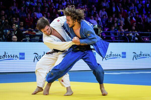 Российский дзюдоист Муса Могушков (слева)
