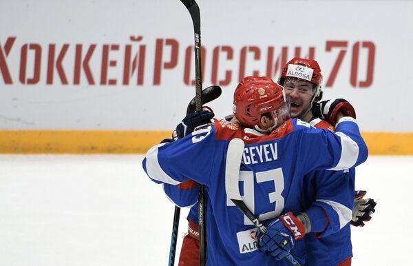 Хоккеисты сборной России Артем Сергеев и Рушан Рафиков (справа)