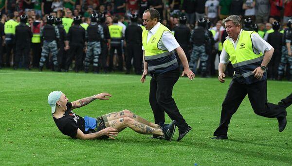 Сотрудники службы безопасности задерживают болельщика после финального матча Кубка России