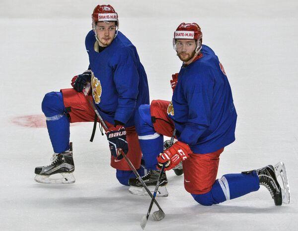 Нападающий сборной России Валерий Ничушкин (слева) и защитник сборной России Владислав Гавриков