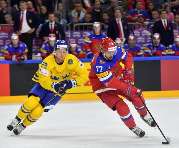 Форвард сборной России Артемий Панарин (справа) и нападающий сборной Швеции Вильям Нюландер