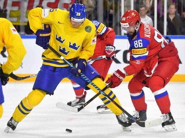 Форвард сборной России Никита Кучеров (справа) и защитник сборной Швеции Юнас Бродин