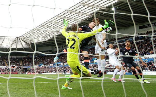 Игровой момент матча чемпионата Англии по футболу между Суонси и Эвертоном