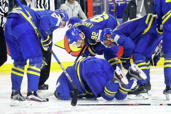 Нападающий сборной Швеции Элиас Линдхольм (в центре лицом вниз)