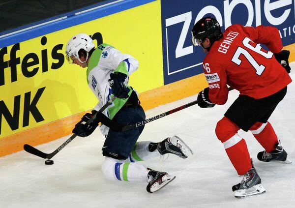 Форвард сборной Словении по хоккею Жига Еглич (слева)