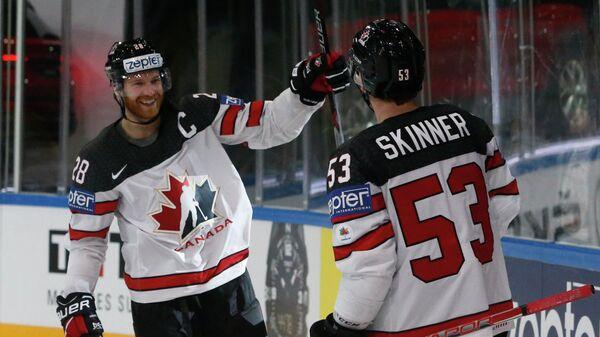 Хоккеисты сборной Канады Джефф Скиннер (справа) и Клод Жиру