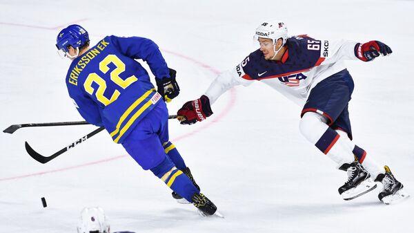 Нападающий сборной Швеции Джоэль Эрикссон Эк (слева) и защитник сборной США Дэнни Декайзер