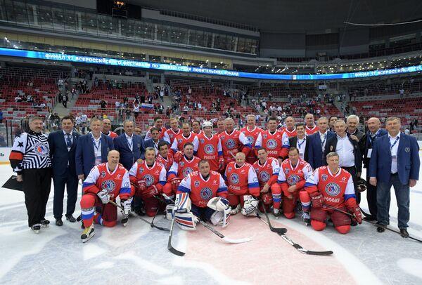 Президент РФ Владимир Путин (в центре) и участники гала-матча Ночной хоккейной лиги