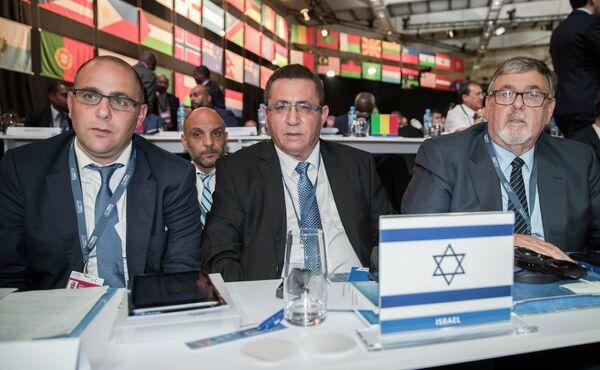 Глава Федерация футбола Израиля Офер Эйни (в центре)