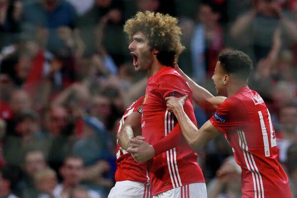 Футболисты Манчестер Юнайтед Маруан Феллайни и Джесси Лингард (слева направо)