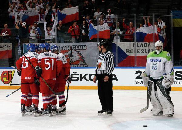 Хоккеисты сборной Чехии радуются заброшенной шайбе в исполнении Романа Хорака