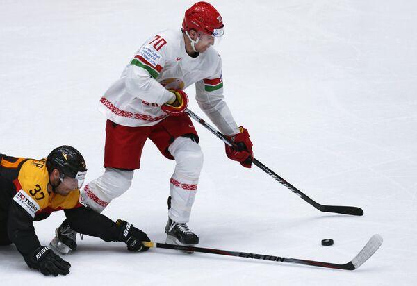 Нападающий сборной Белоруссии по хоккею Шарль Лингле (справа)