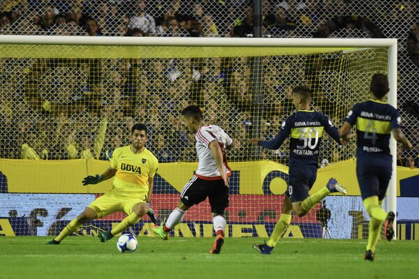 Игровой момент матча чемпионата Аргентины по футболу между Ривер Плейтом и Бока Хуниорс