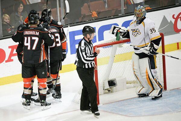 Хоккеисты Анахайма радуются заброшенной шайбе в ворота голкипера Нэшвилла Пекки Ринне