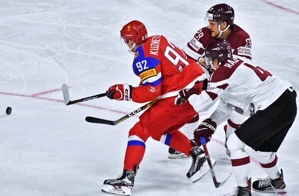 Нападающий сборной России Евгений Кузнецов (слева)