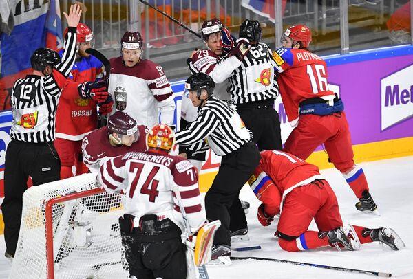 Нападающий сборной России Сергей Плотников (справа)