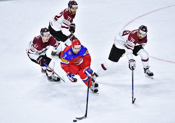 Защитник сборной России Артём Зуб (в центре)