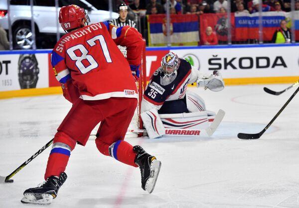 Нападающий сборной России Вадим Шипачев (слева) и вратарь сборной США Джимми Ховард