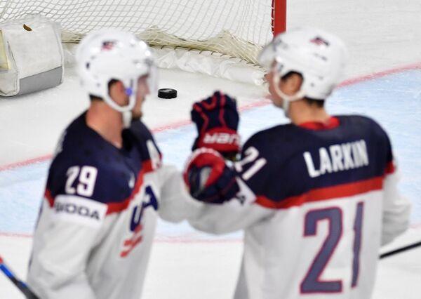 Нападающие сборной США Брок Нельсон (слева) и Дилан Ларкин
