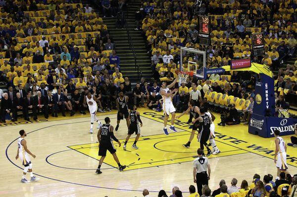 Игровой момент матча НБА Голден Стэйт Уорриорз - Сан-Антонио Сперс