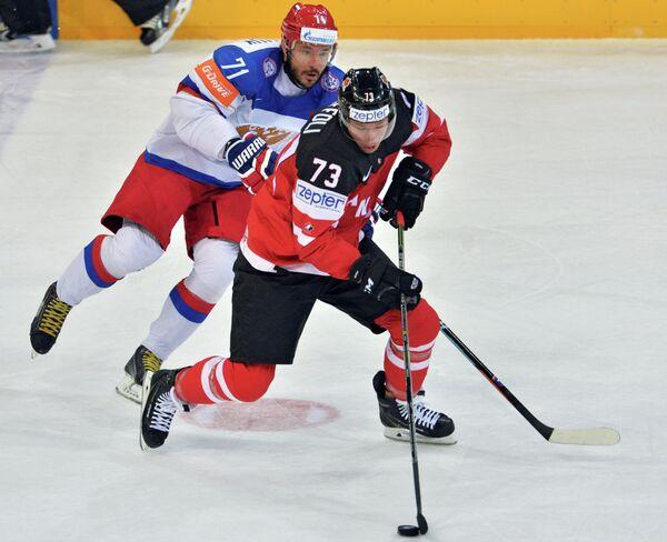 Нападающий сборной России Илья Ковальчук (слева) и форвард сборной Канады Тайлер Тоффоли
