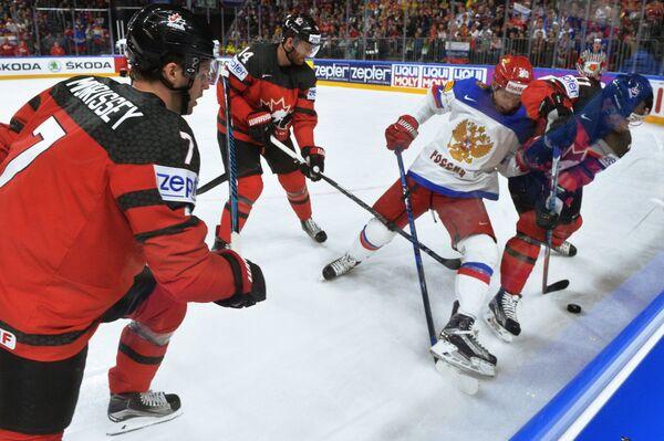 Хоккеисты сборной Канады Джошуа Моррисси и Шон Кутюрье и нападающий сборной России Владислав Наместников (слева направо)