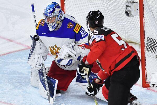 Вратарь сборной России Андрей Василевский (слева) и форвард сборной Канады Марк Шайфли