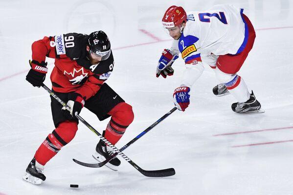 Форвард сборной Канады Райан О'Райлли (слева) и защитник сборной России Артем Зуб