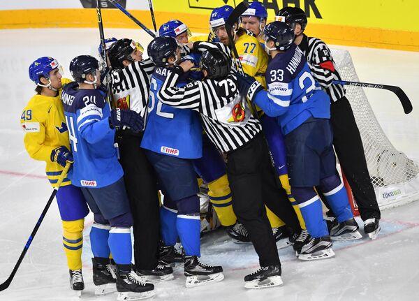 Игроки сборных Финляндии и Швеции по хоккею