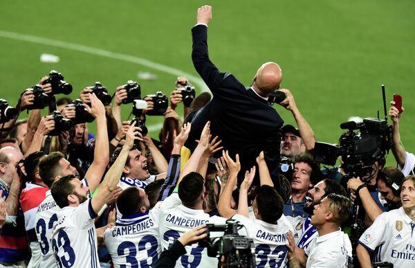 Футболисты мадридского Реала качают главного тренера команды Зинедина Зидана