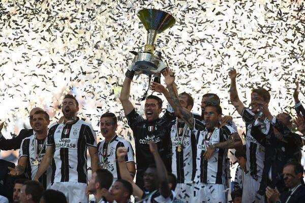 Футболисты Ювентуса празднуют победу в чемпионате Италии