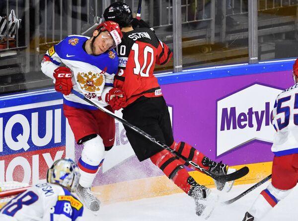 Форвард сборной России Сергей Андронов (слева) и нападающий сборной Канады Брэйден Шенн
