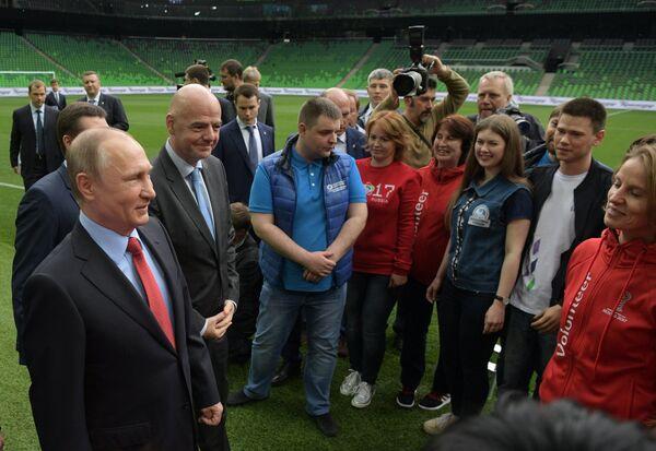 Владимир Путин и президент ФИФА Джанни Инфантино (второй слева) на встрече с активом волонтерских объединений в России