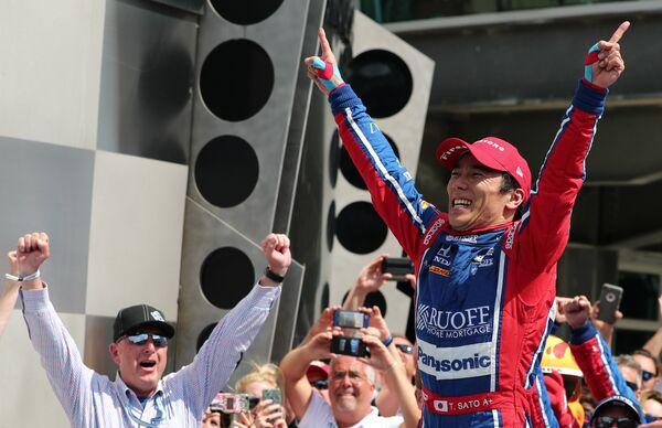 Такума Сато, победивший в гонке 500 миль Индианаполиса