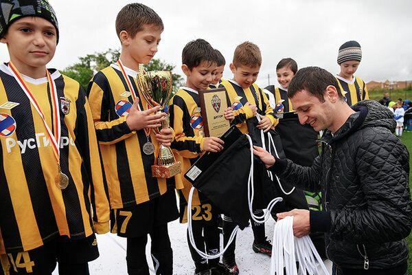 Игроки детского турнира (игроки 2008 года рождения) Алана Дзагоева (справа)