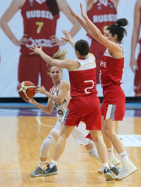 Защитник сборной России Ксения Левченко и баскетболистки сборной Турции Гулбак Пелин и Тилбе Шенюрек (слева направо)