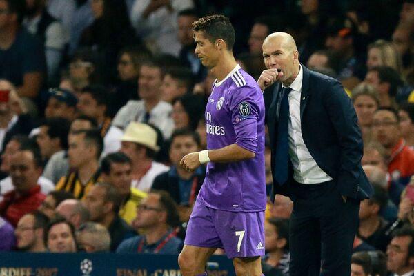 Форвард ФК Реал Мадрид Криштиану Роналду и главный тренер ФК Реал Мадрид Зинедин Зидан (справа)