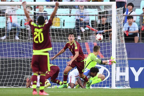 Защитник молодежной сборной Венесуэлы по футболу Науэль Феррареси (в центре)