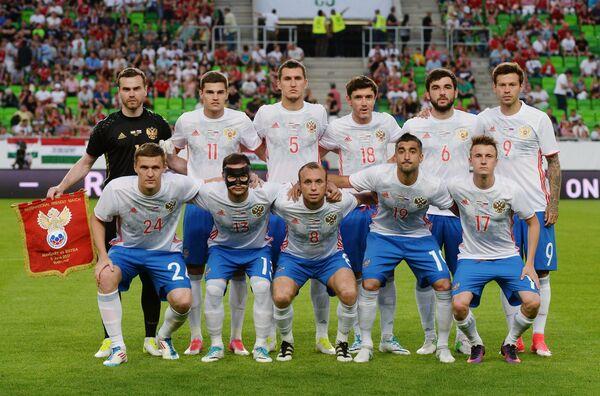 Футболисты сборной России перед началом товарищеского матча со сборной Венгрии