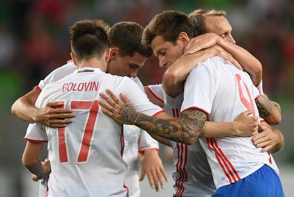 Футболисты сборной России радуются голу Федора Смолова в товарищеском матче со сборной Венгрии
