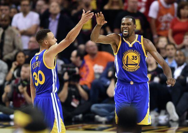 Баскетболисты Голден Стэйт Стефен Карри (слева) и Кевин Дюрэнт