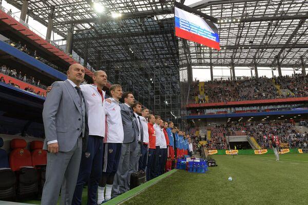 Главный тренер сборной России Станислав Черчесов (слева)